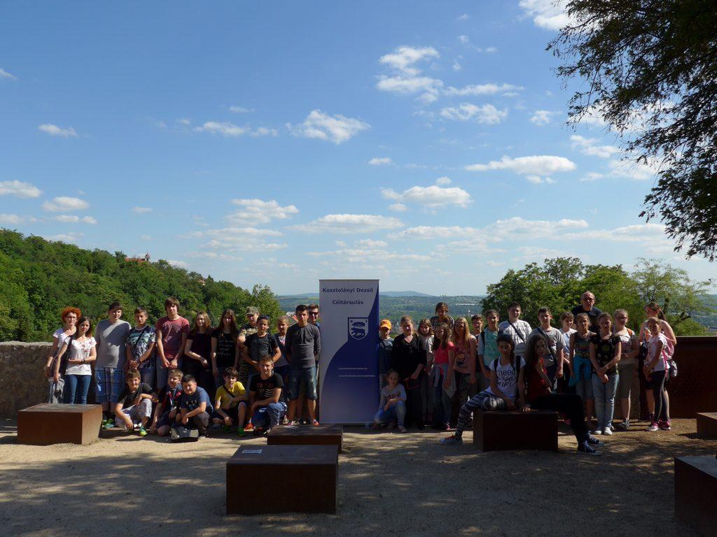Csoportkép a doroszlói és bácsgyulafalvi diákokkal a Tettyén