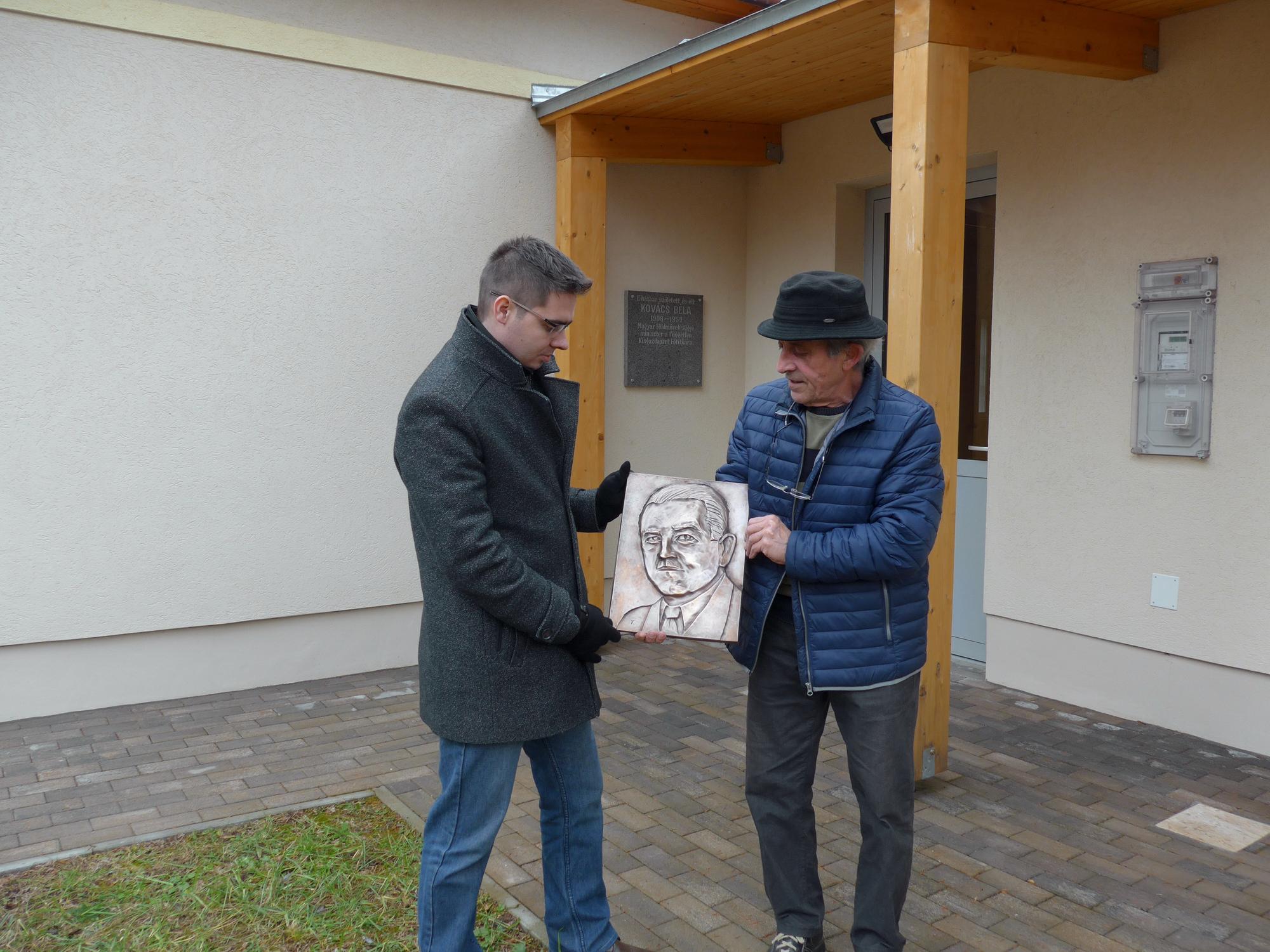 Bronz arckép kerül a Kovács Béla emlékházra